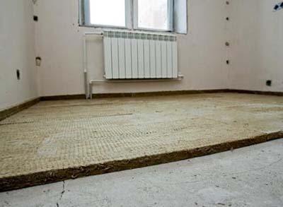 Укладка изоляционного материала для плит перекрытия