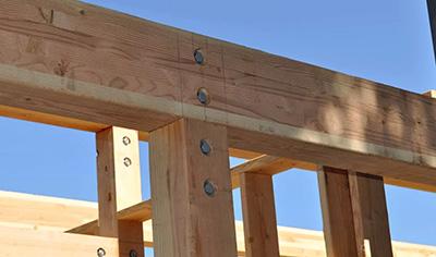 Монтаж деревянных балок при закладке моста.