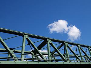 Мост из металлических балок.