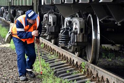 Обследование подвагонных элементов и железнодорожных путей обходчиком.