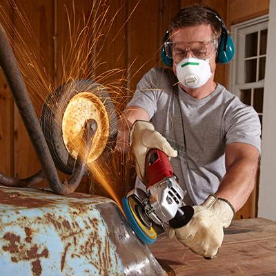 Средства индивидуальной защиты при обработке металлических изделий от ржавчины.