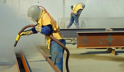 Пескоструйная очистка ржавчины в промышленных условиях.