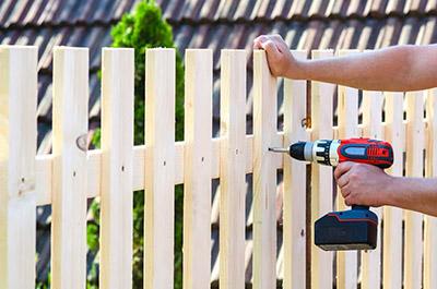 Монтаж внутренних крепящих реек на деревянный забор.