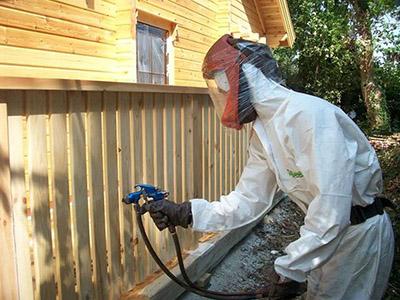 Обработка деревянных заборов защитными покрытиями.